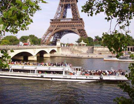 Discovering Paris with a cruise on the Seine